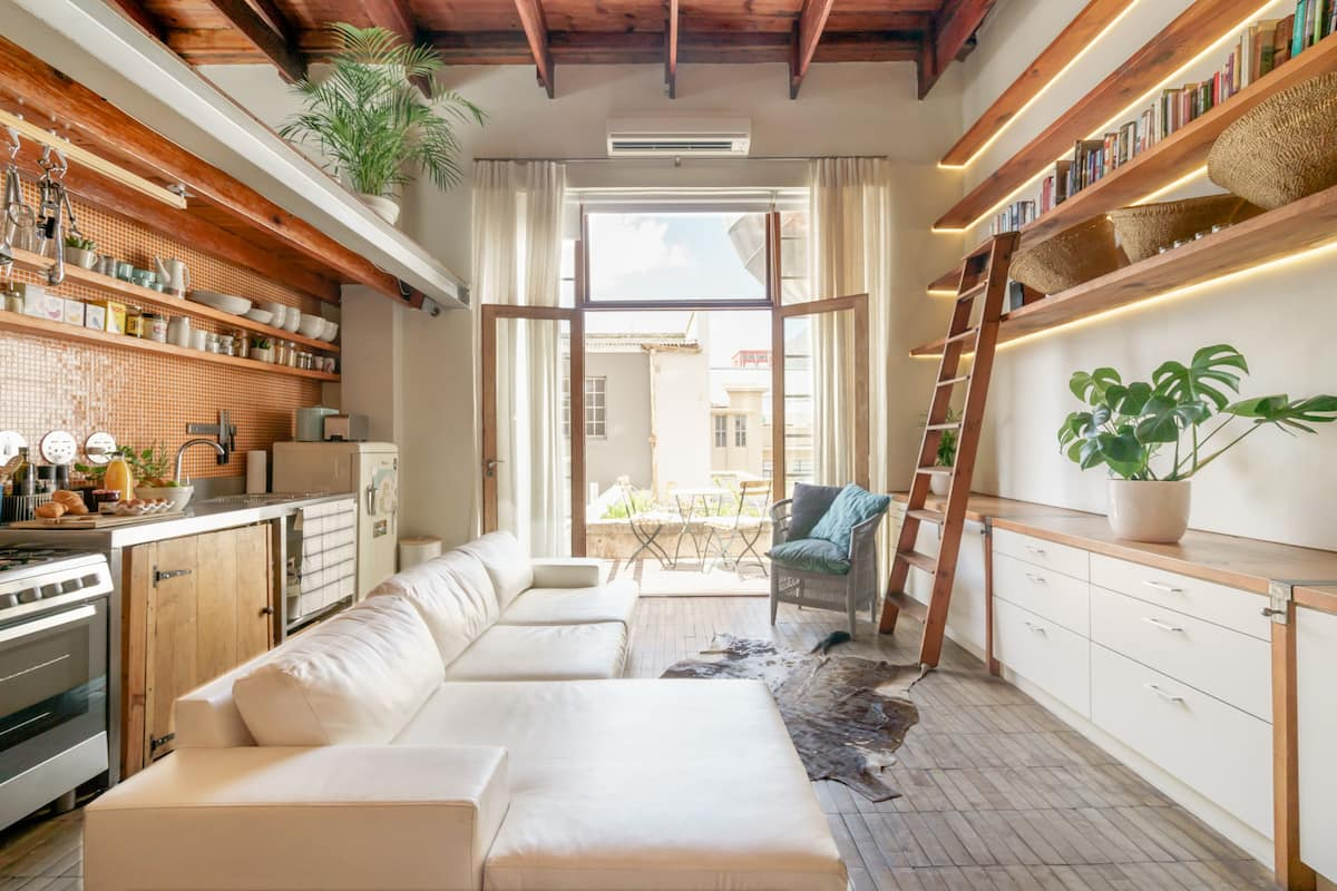 Cosy, Downtown Loft with Mountain Views over Rooftop Deck
