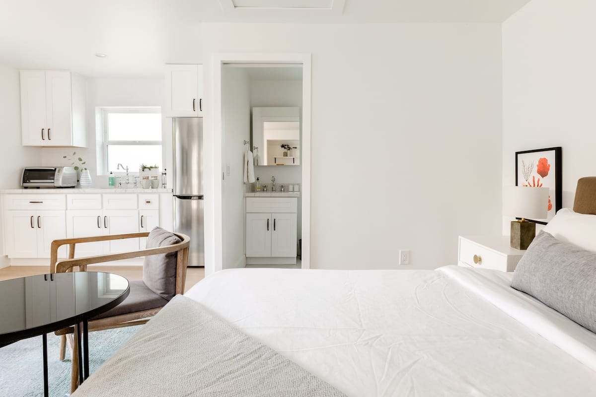 Explore LA From a Chic Private Guest Room in Wilshire Park