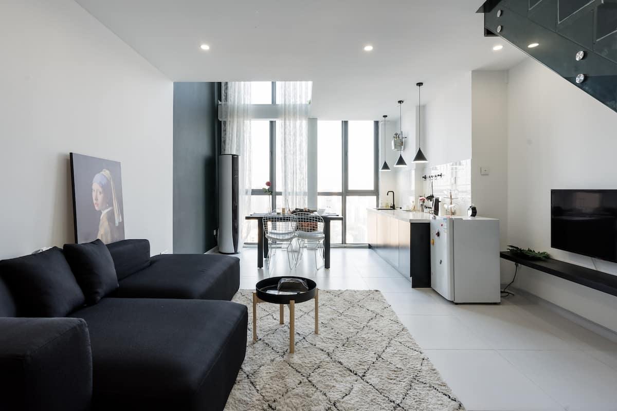 入住高层 LOFT 公寓,享受黑白色调的清新家居
