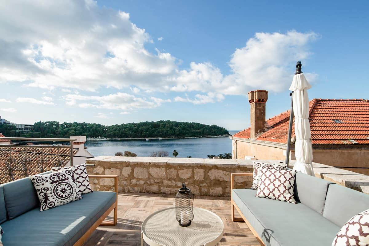 Romantic Stone-Built Villa with a Sunny Terrace and Swimming Pool near Dubrovnik