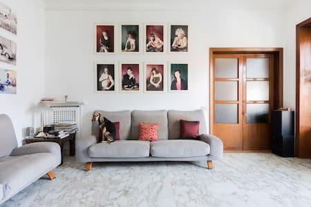 Accogliente Stanza nella Casa di un'Artista