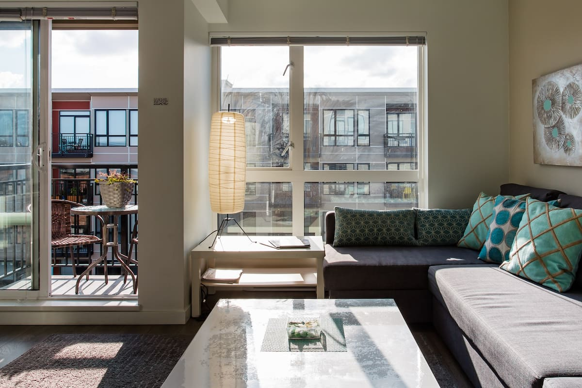 Cool Chinatown Apartment, Stroll to Inner Harbour
