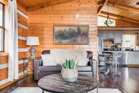 Renovated Hillside Cabin Close to Downtown Gatlinburg