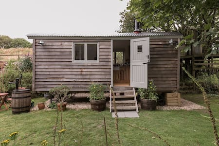Tinners' Retreat—Shepherd's Hut in Heart of Cornwall