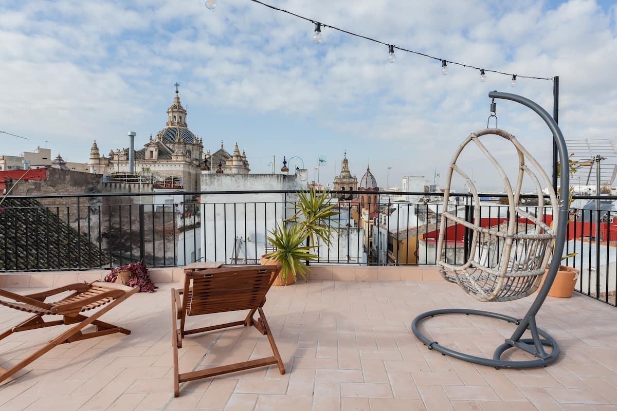 Impresionante ático duplex con azotea propia sobre los tejados de Sevilla