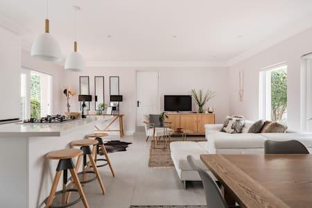 Suburbia - Modern Garden Cottage Btwn Sandton CBD & Melrose