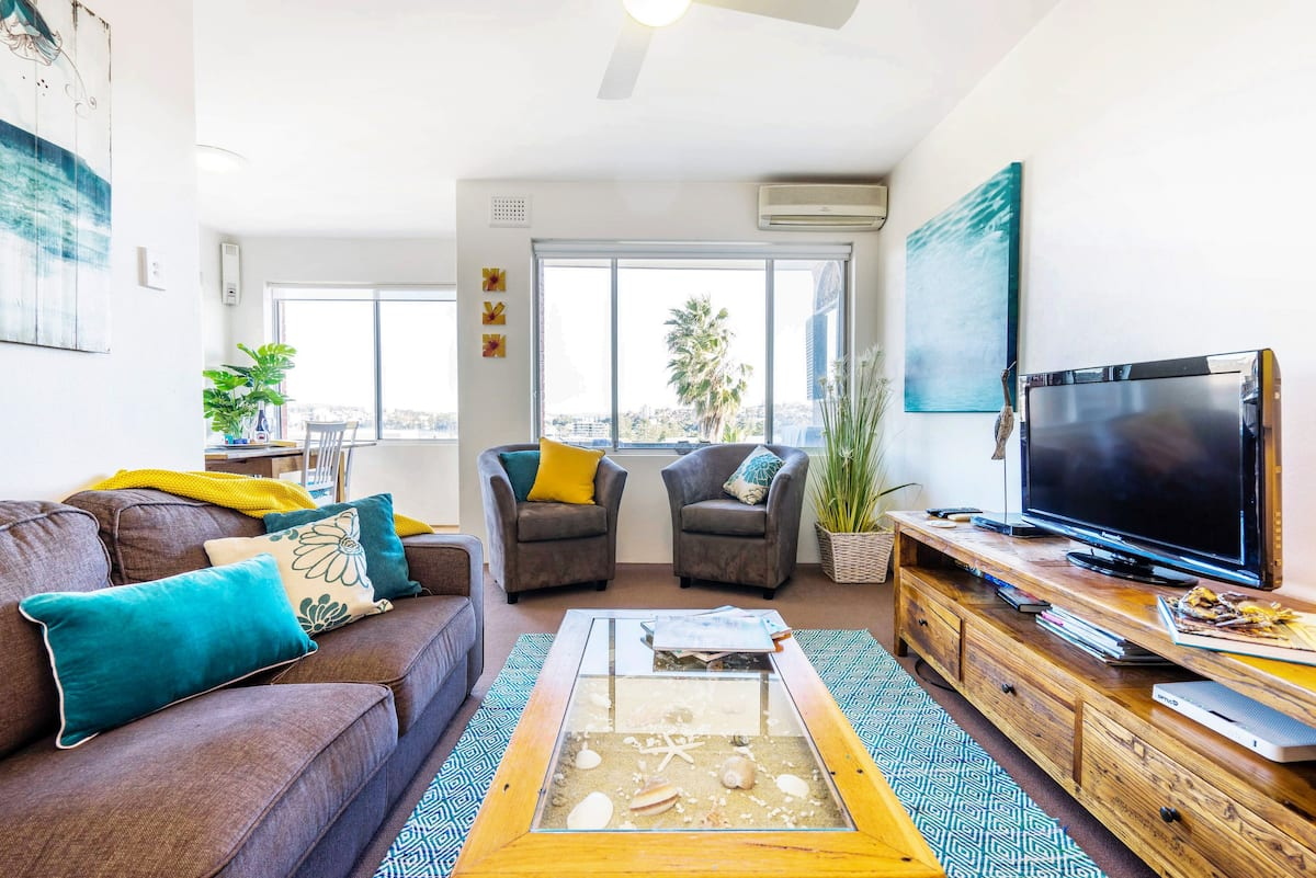 Sunny Apartment near Manly Beach with Ocean Views & Garage.
