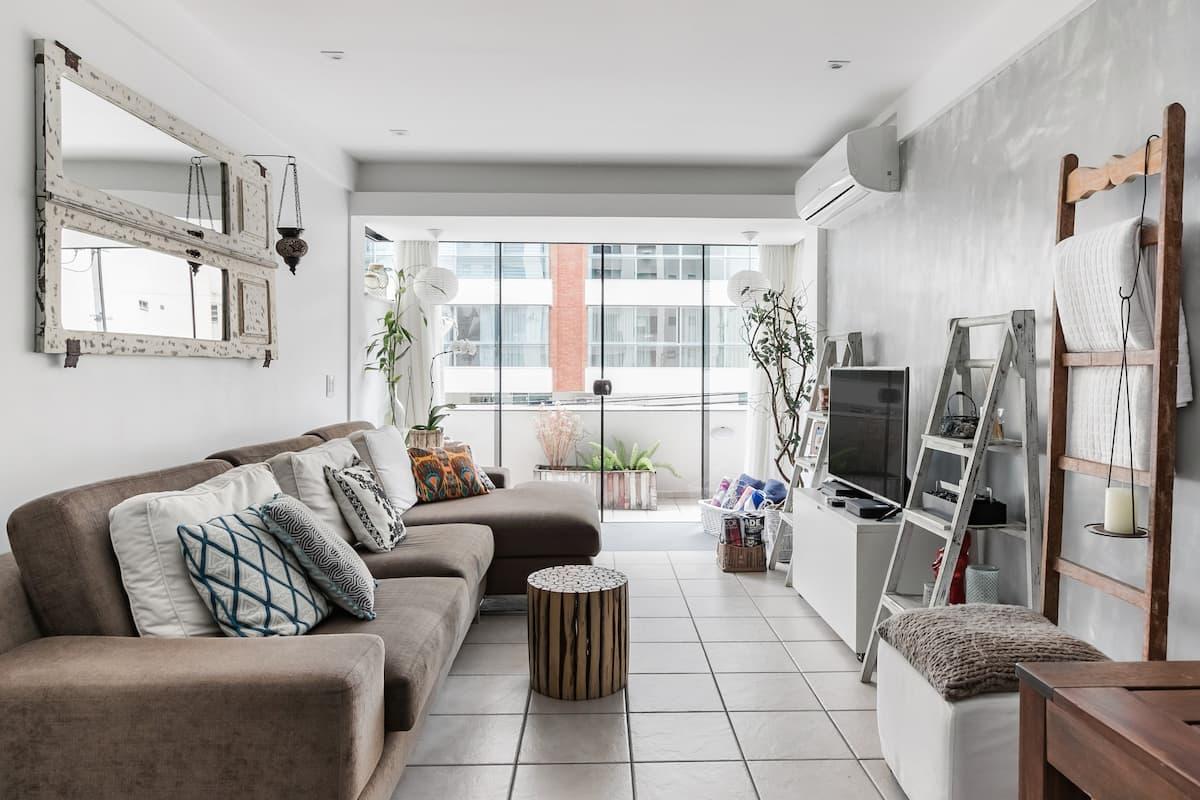 Aconchegante Apartamento com terraço privativo em rua residencial no Centro