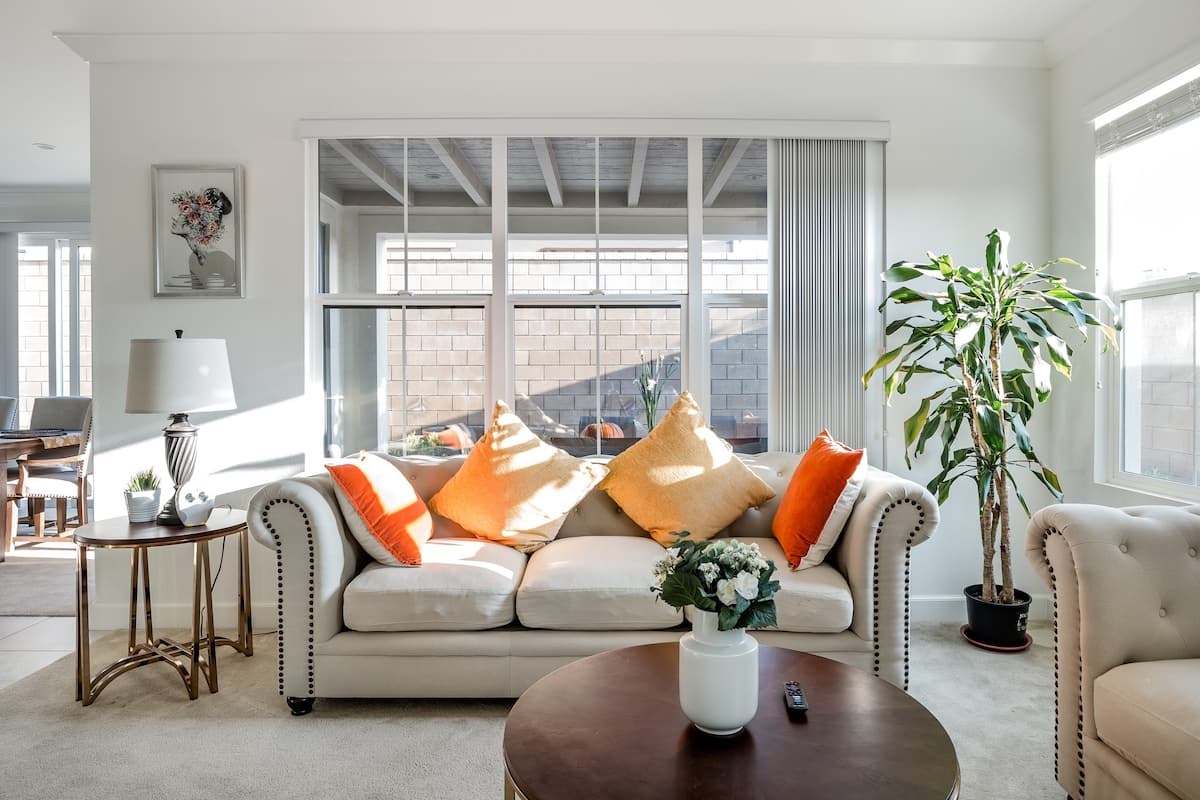 全新豪华别墅主卧套房,位于尔湾核心区,社区配套齐全。游泳池,运动场,公园,购物中心步行可达