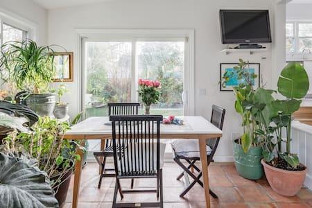 Hampton Beach House, Bike to Beach, Magical Private Landscaped Garden