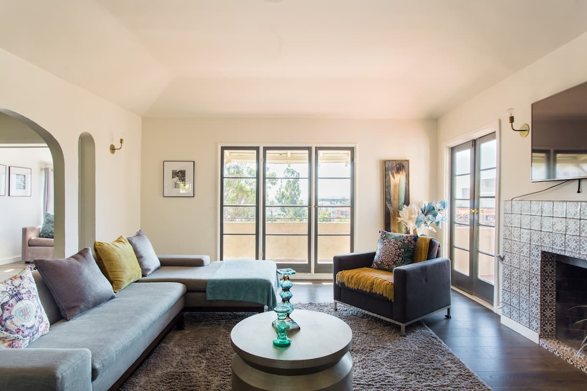 Walk to Hollywood Bowl from a Renovated Period Apartment