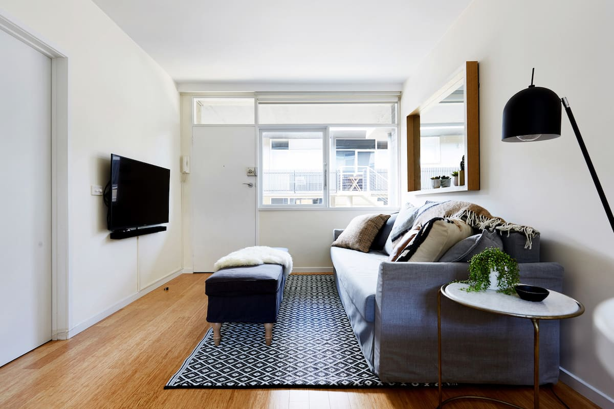 Relax at a Cosy, Stylish Richmond Hill Apartment Three