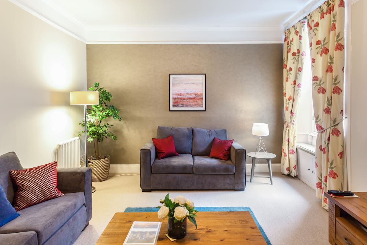 Escape to a Peaceful West End Townhouse Flat with Garden