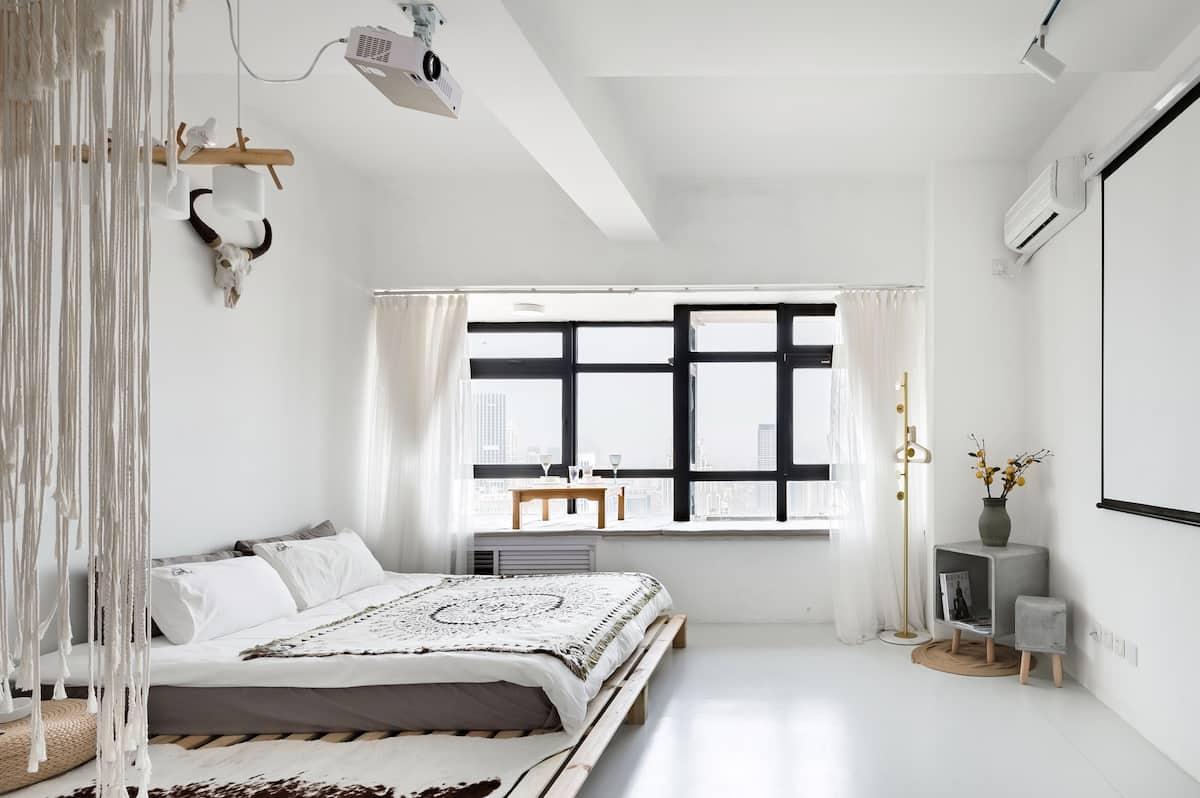 位于商圈中心坐拥海景的高层白色公寓