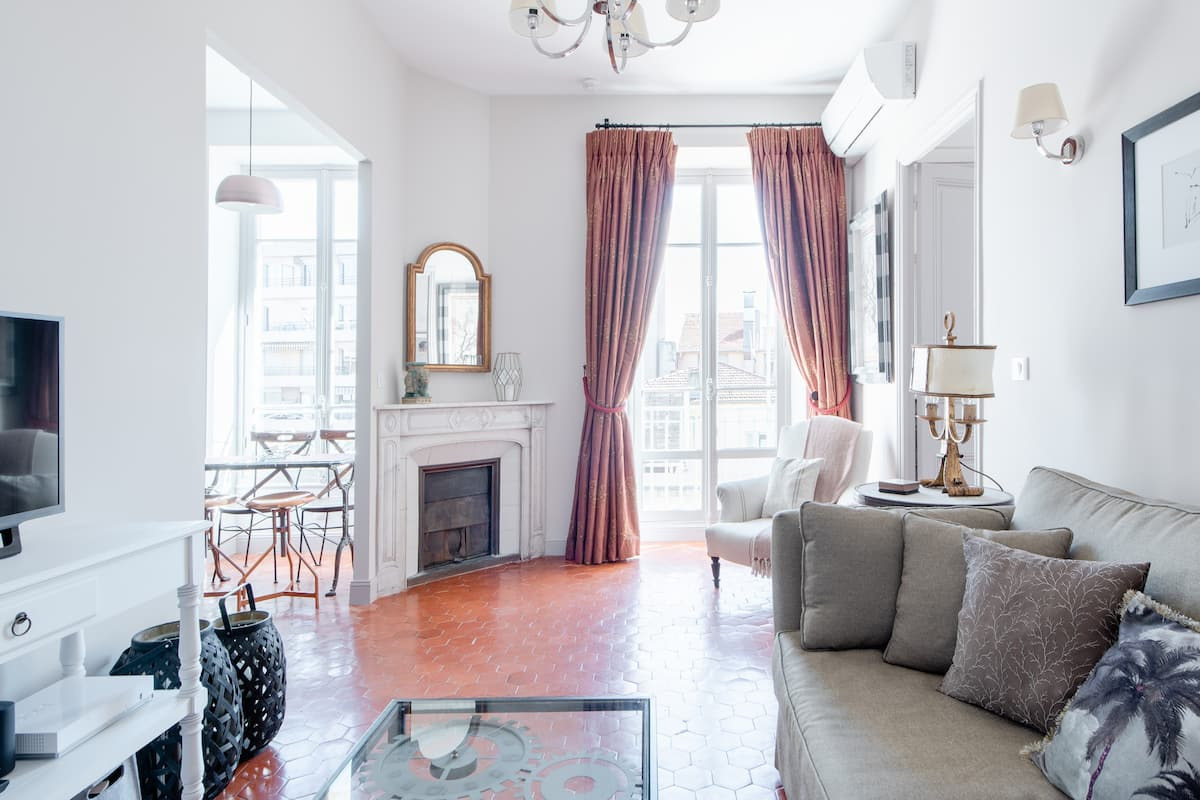 Graceful Balcony Apartment, Steps from Place Masséna