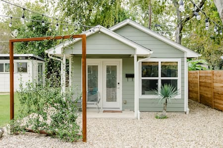 Relax in a Private, Bright Casita in Rosedale