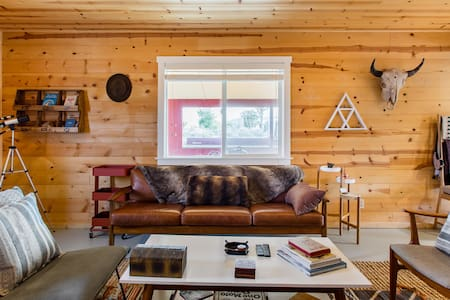 Inspiring Cabin Near Pappy & Harriets and Rimrock Ranch