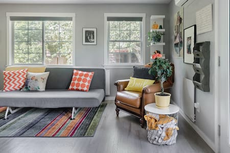 Hummingbird Cottage in Quiet Residential Arbor Heights
