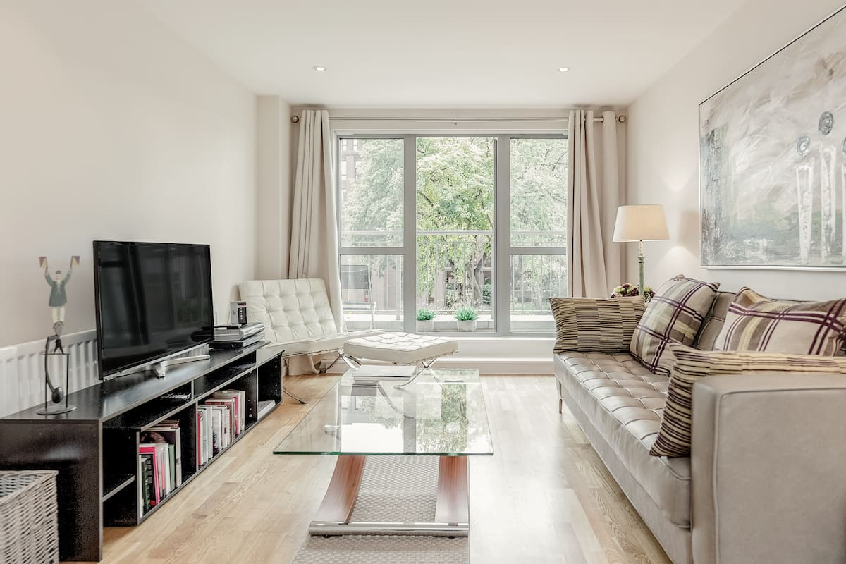 Town Centre Executive Flat with Private Balcony