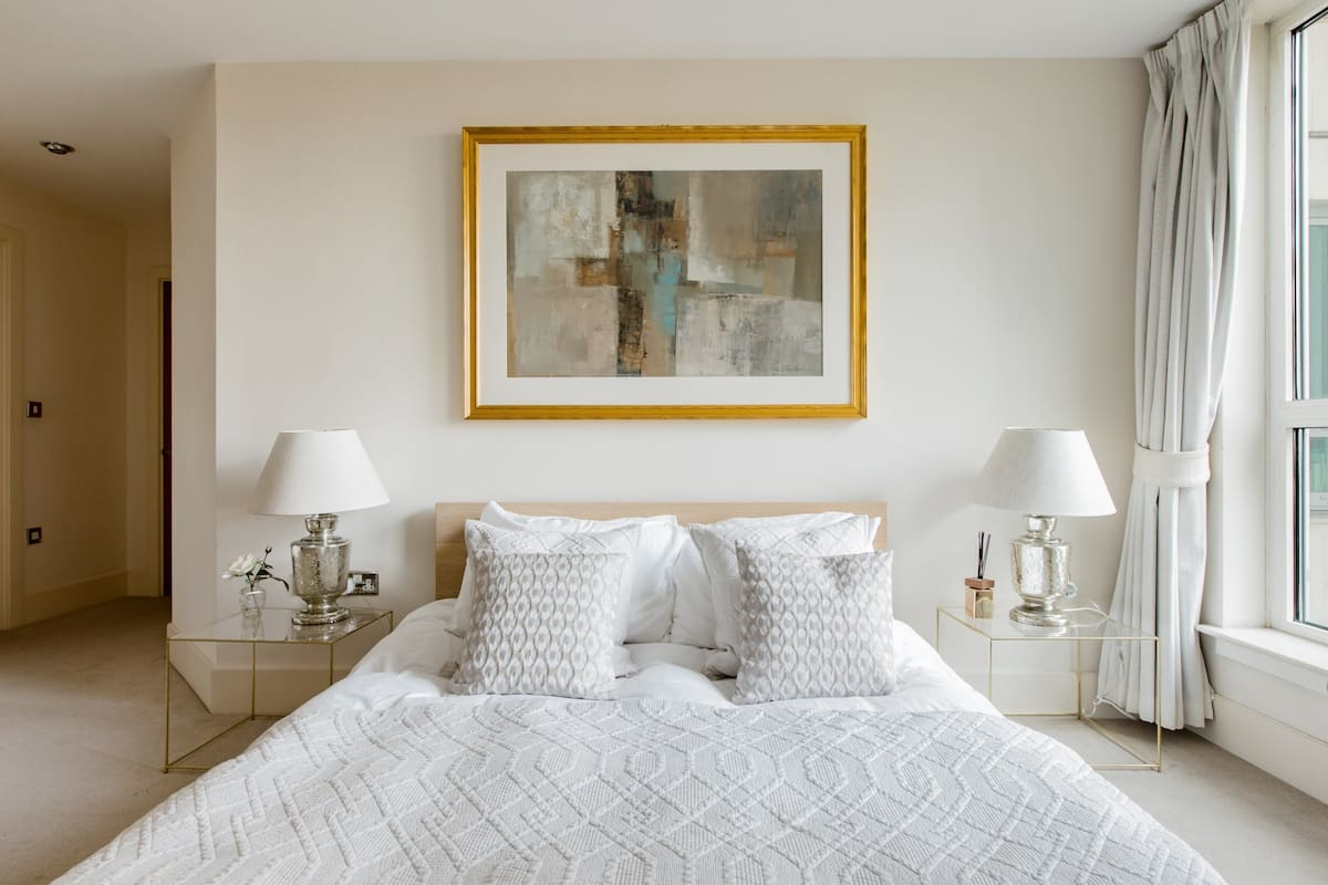 Modern Stylish Light-Filled Flat Minutes from West End