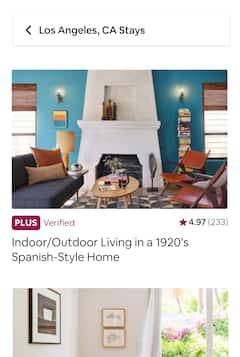 Una sala d'estar amb mobles moderns i una cuina àmplia i lluminosa.