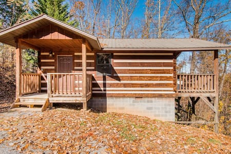 Very Private Mountain-View Log Cabin with Hot Tub
