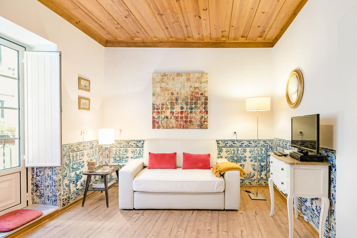 Charming and cozy apartment with XVIII century tiles • Santos