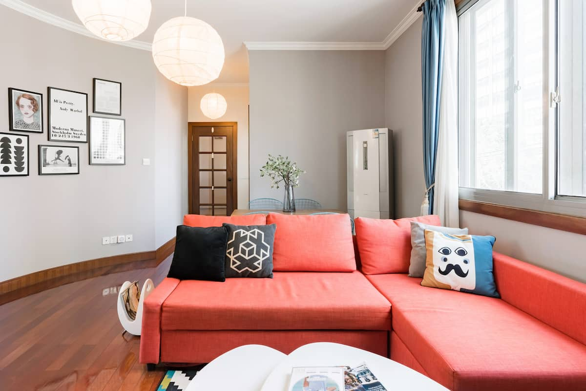 Explore Shanghai from Trendy Apartment in Downtown Jing'an