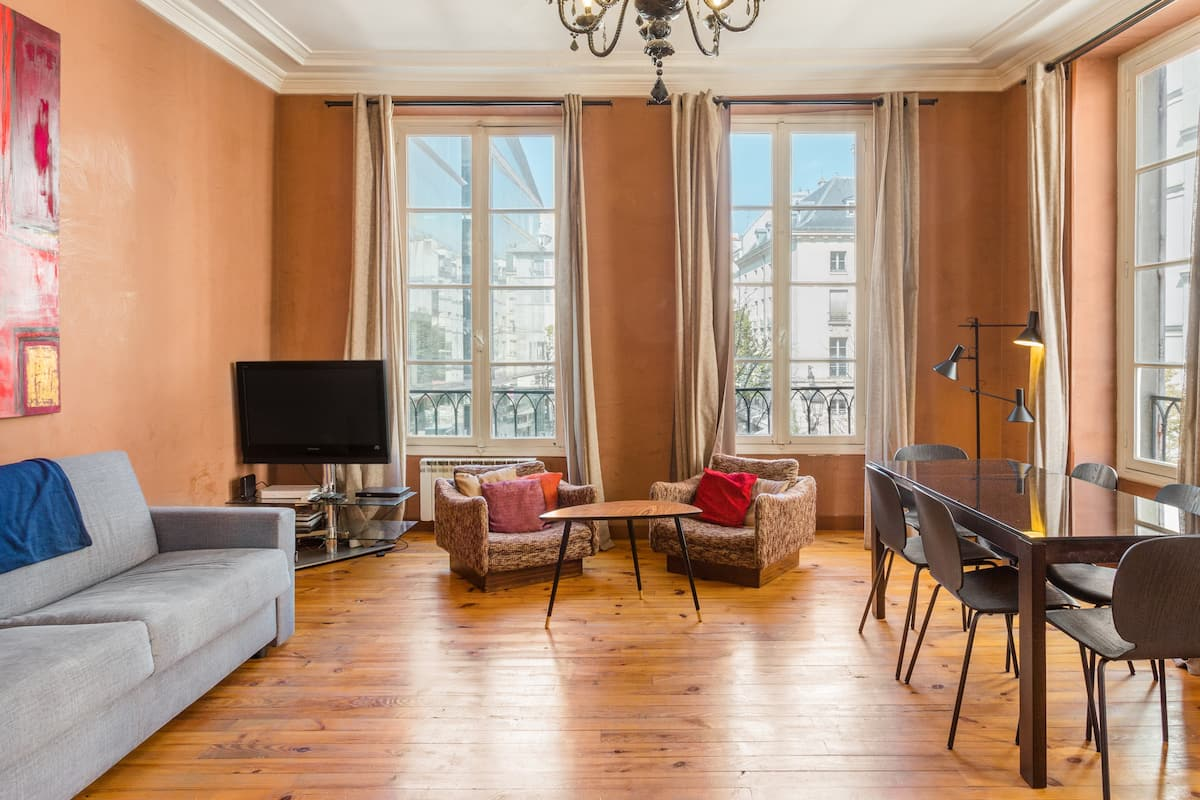 Apartment on Marché Saint-Honoré Sq near Louvre
