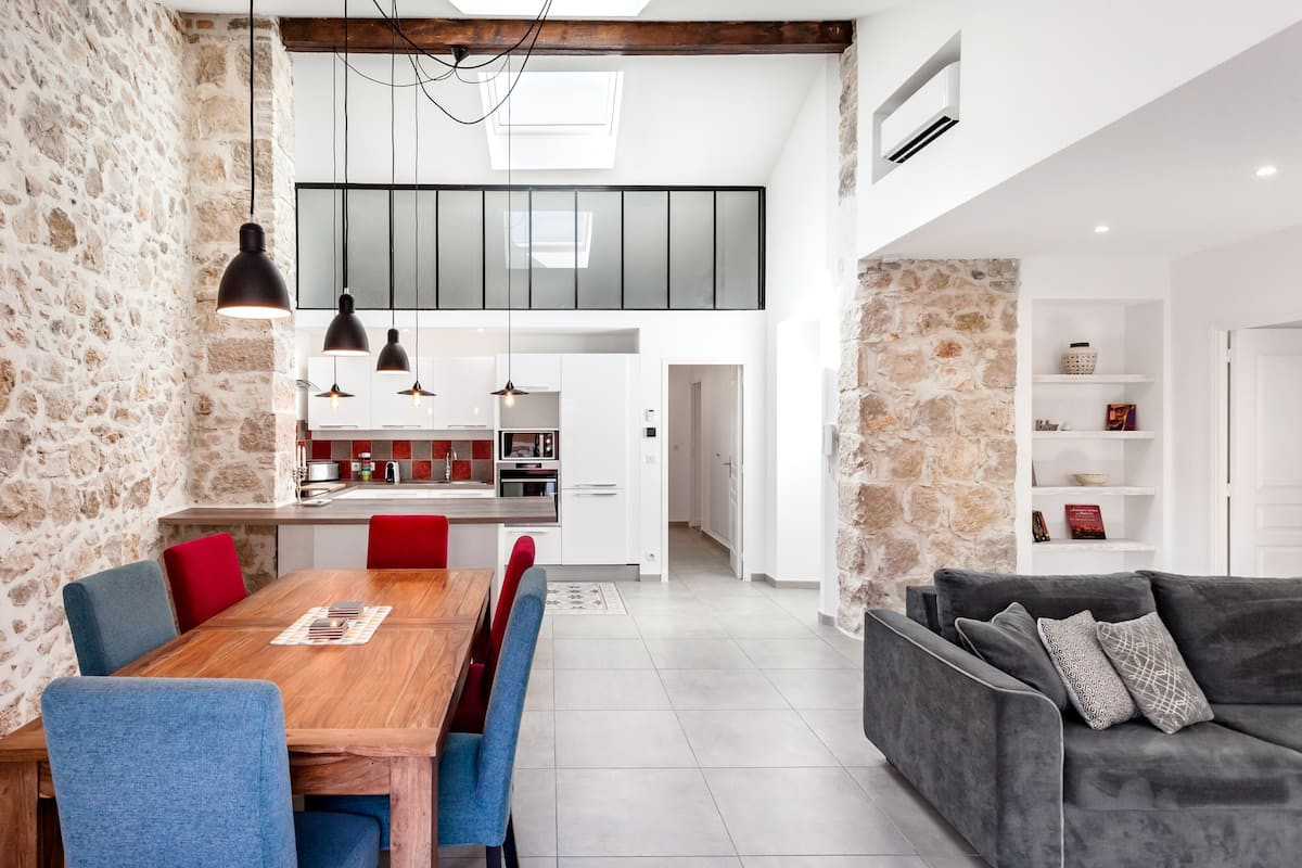 Birds Nest Apartment Under Rooftop of Historic City Home