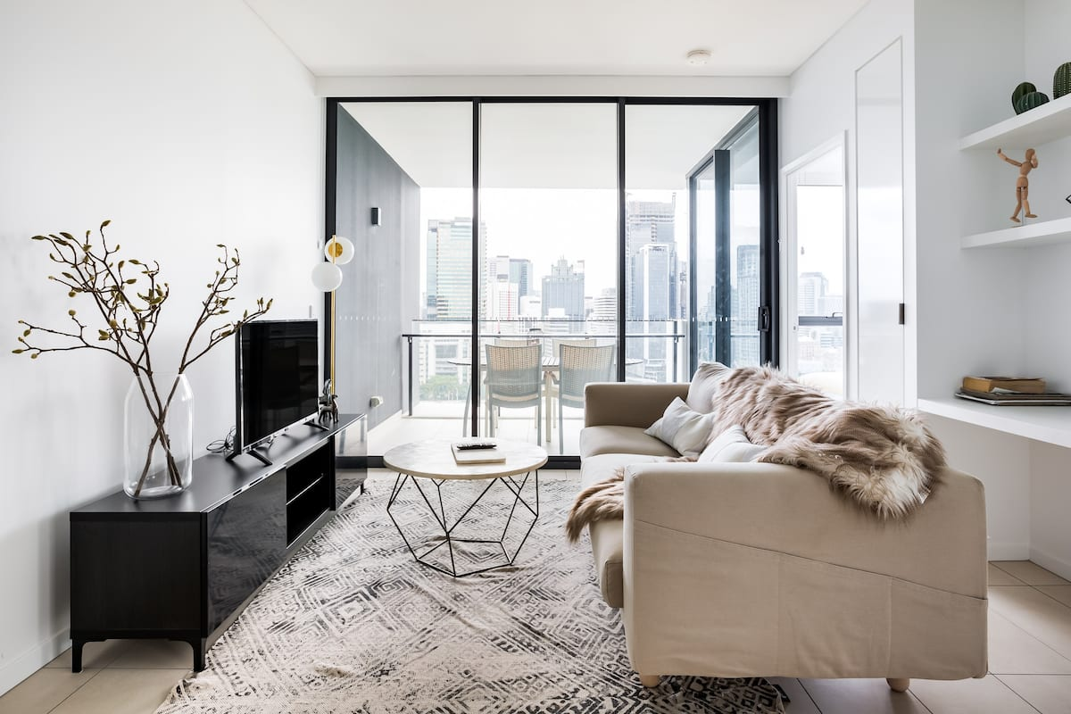 Skyline Views From a Sleek Apartment With a Heated Pool