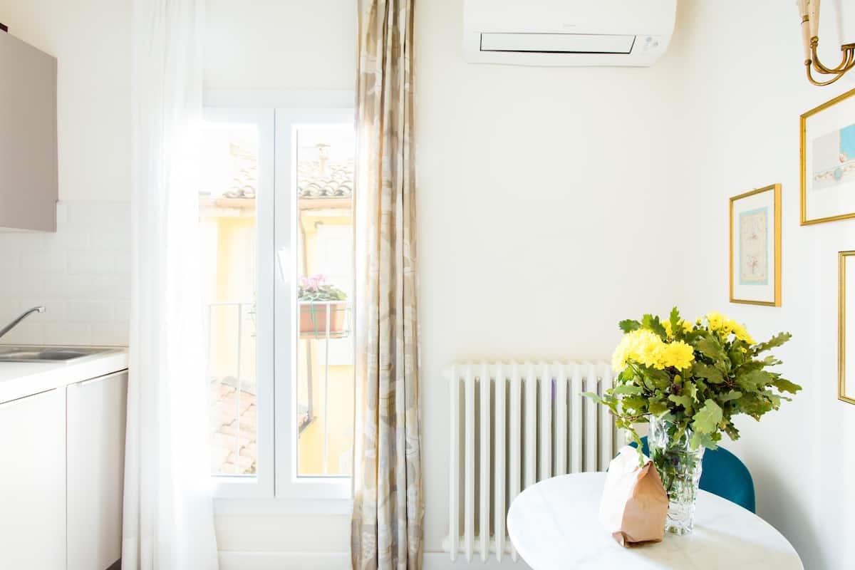 Silenzioso appartamento sui tetti del centro con grande privacy e arte scelta