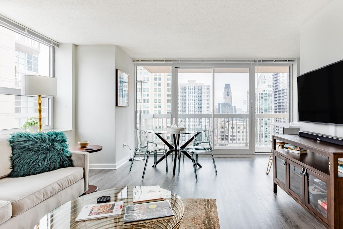 Retro Style High Rise Condo with Lake View Balcony