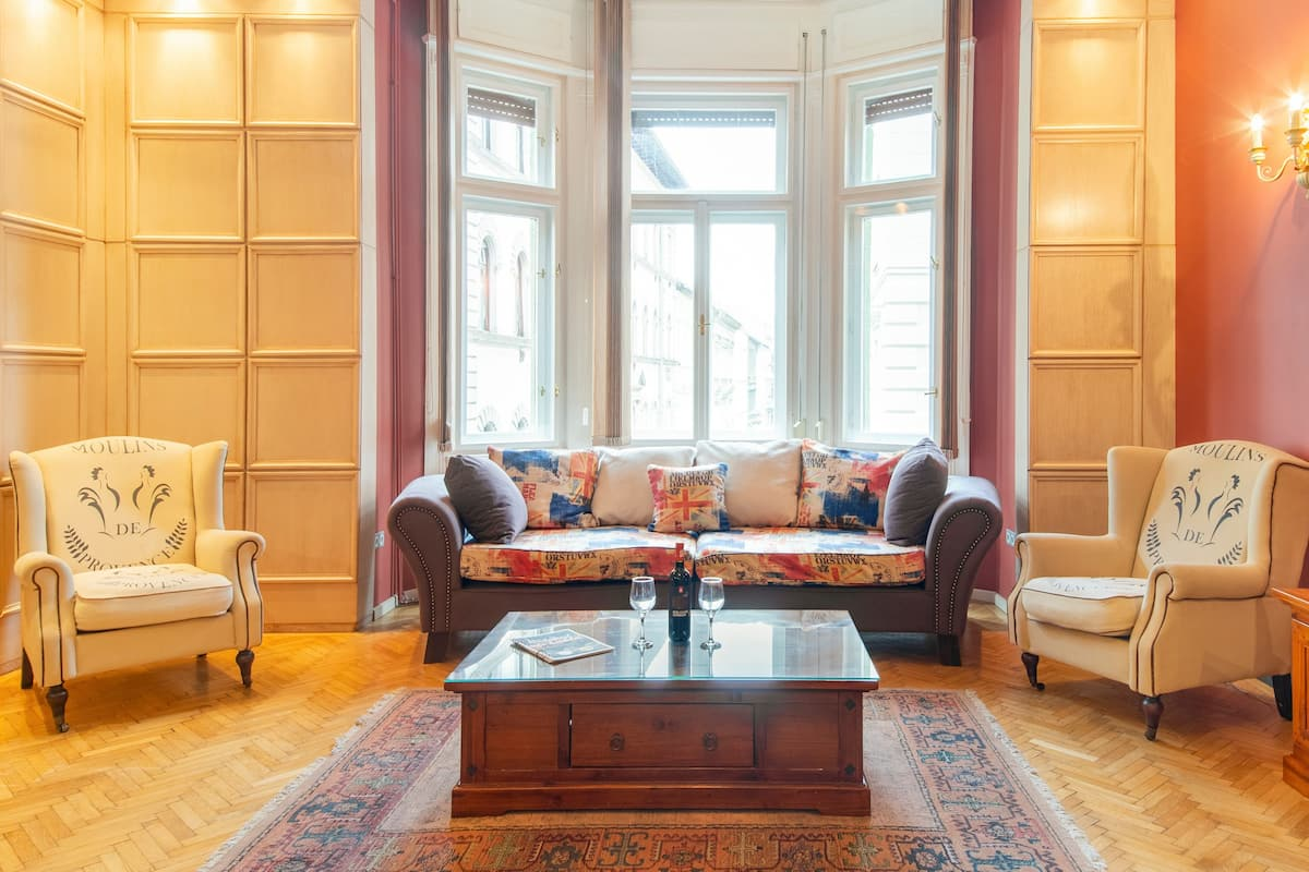Romantic, Chic Apartment in Palace District