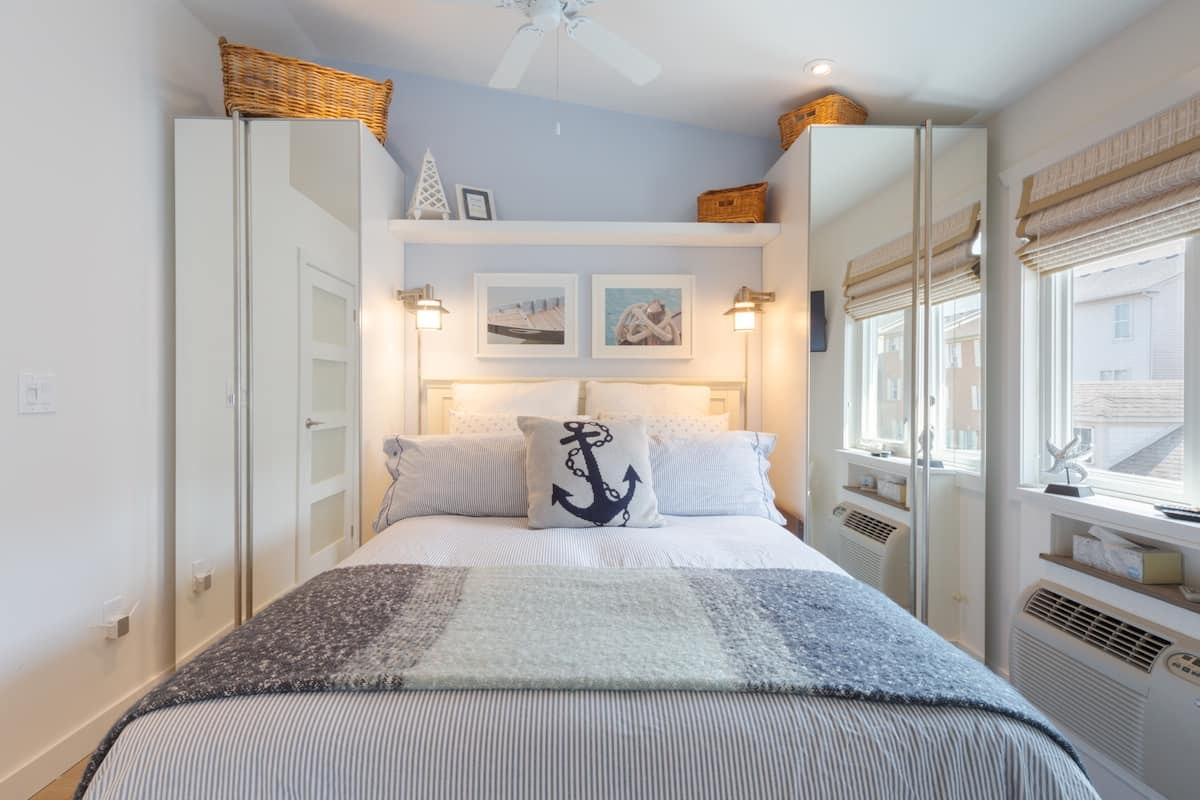 Relax at a Detached Coach House with Coastal Charm