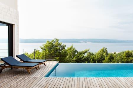 Vila na osami sa spektakularnim pogledom i grijanim bazenom