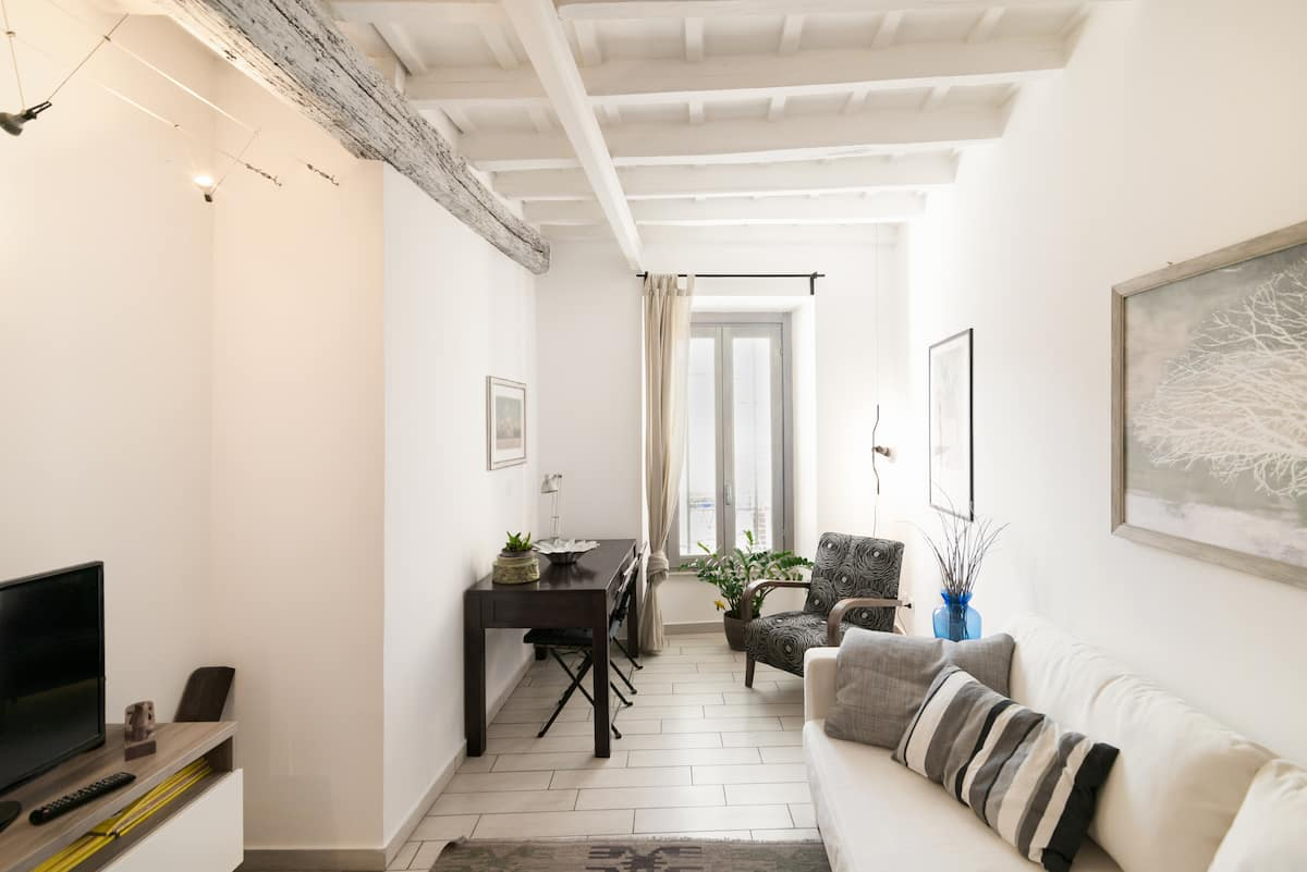 Refined and Elegant Apartment near Trilussa Square
