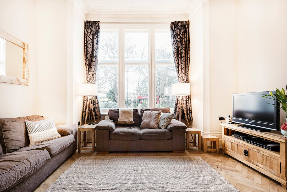 Relax and Entertain in a Modern Spacious Apartment in Ealing Common