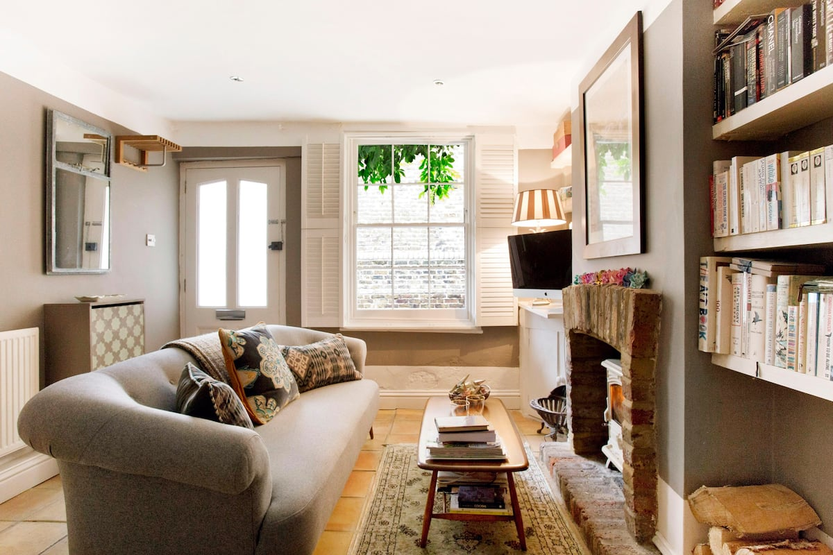 Relax in a Cosy Ferryman's Cottage by the River Thames
