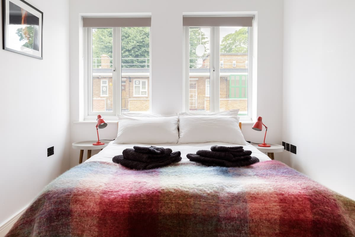 Double Room and Private Bathroom in Designer Flat near Park