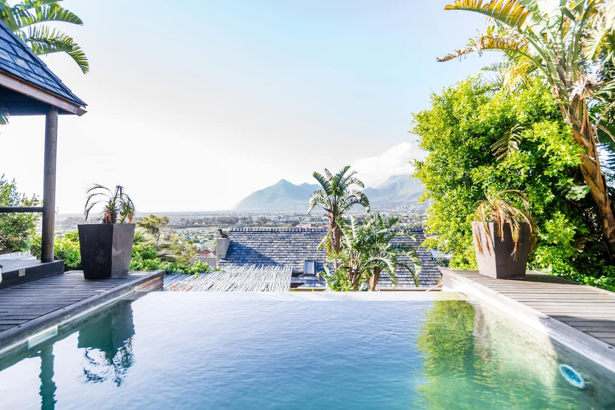 Laze at Infinity Pool from Villa in Peace and Quiet