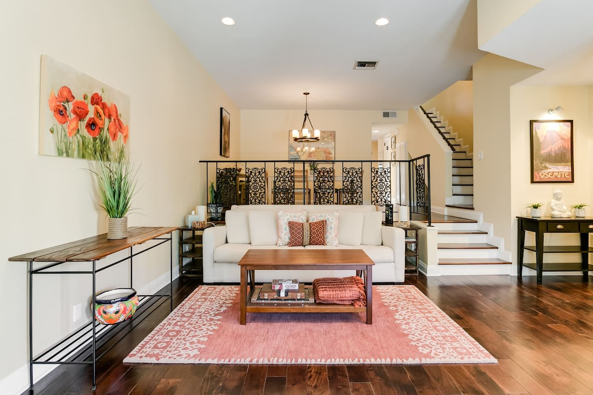 Warm, Sophisticated Townhouse near Universal and Hollywood