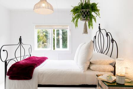 Romantic Cottage Set in a Subtropical Garden near the Beach