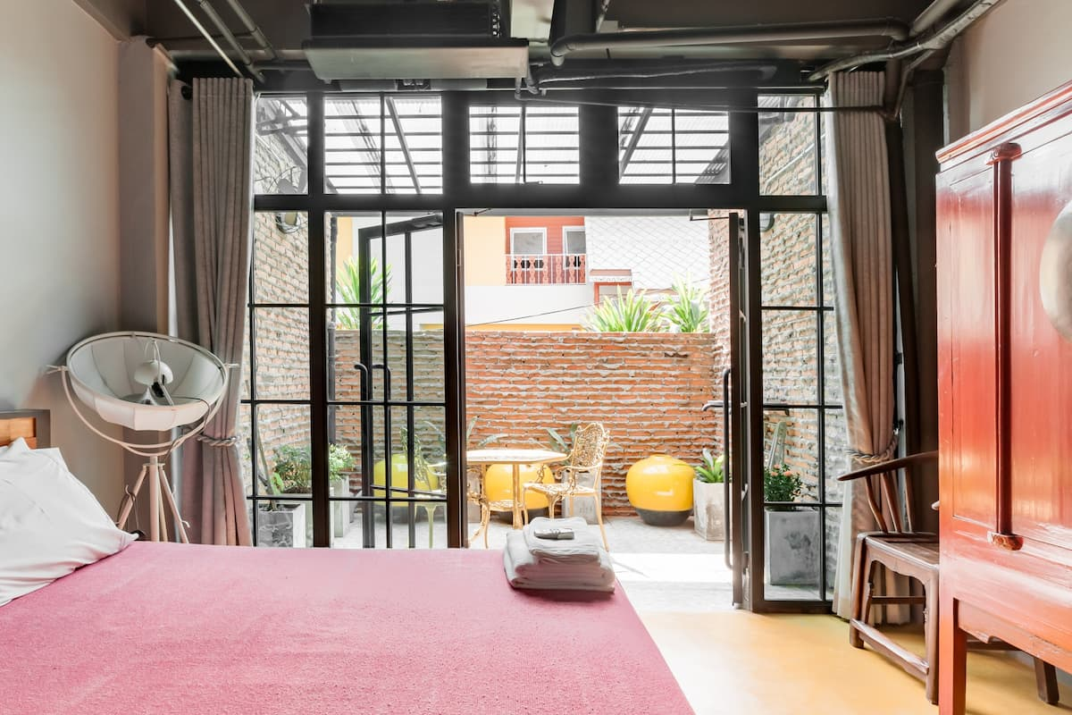 Walk to Temples from an Artistic Loft-Style Townhouse