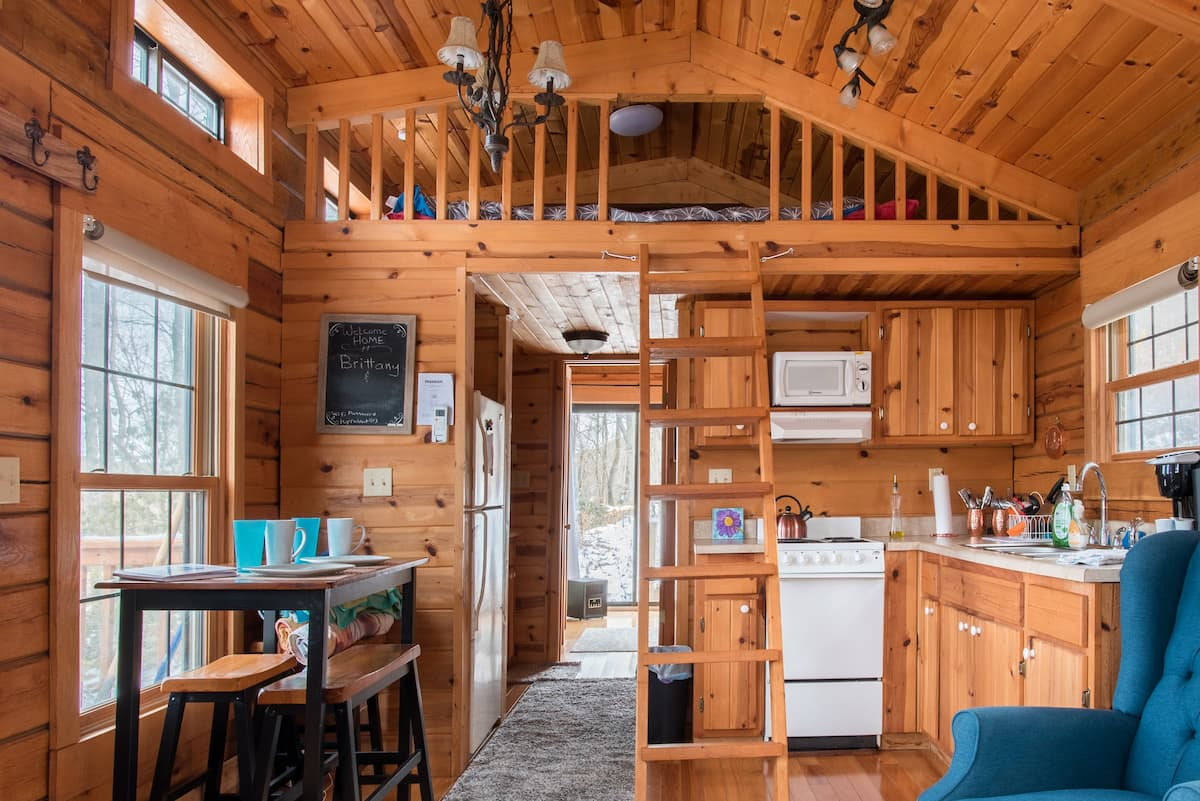 Tiny Home Log Cabin in Peaceful, Private, Hot Tub, Fire Pit