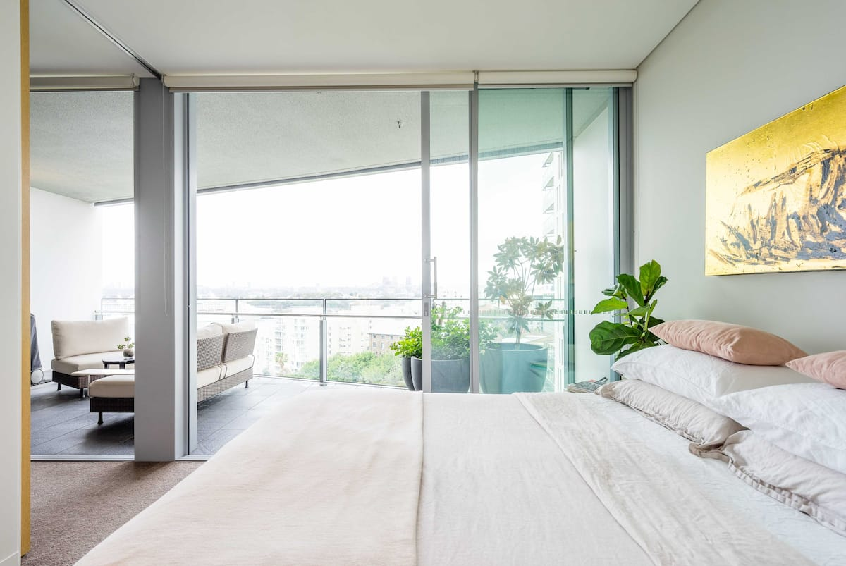 Private Room in Harbour Bridge View Apartment with Pool