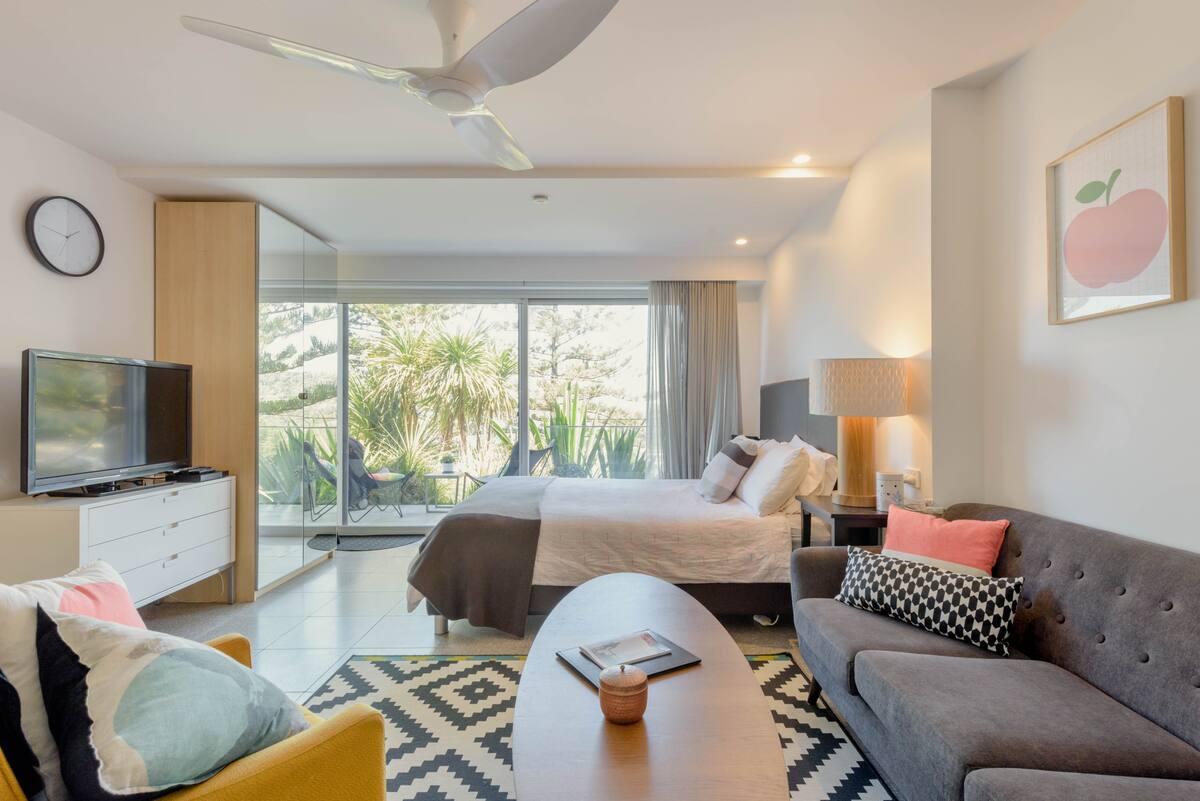 Uniquely Decorated Hillside Room Overlooking Bilgola Beach