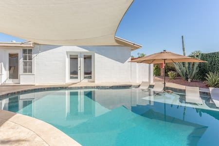 Entertainer's Paradise in Old Town Scottsdale