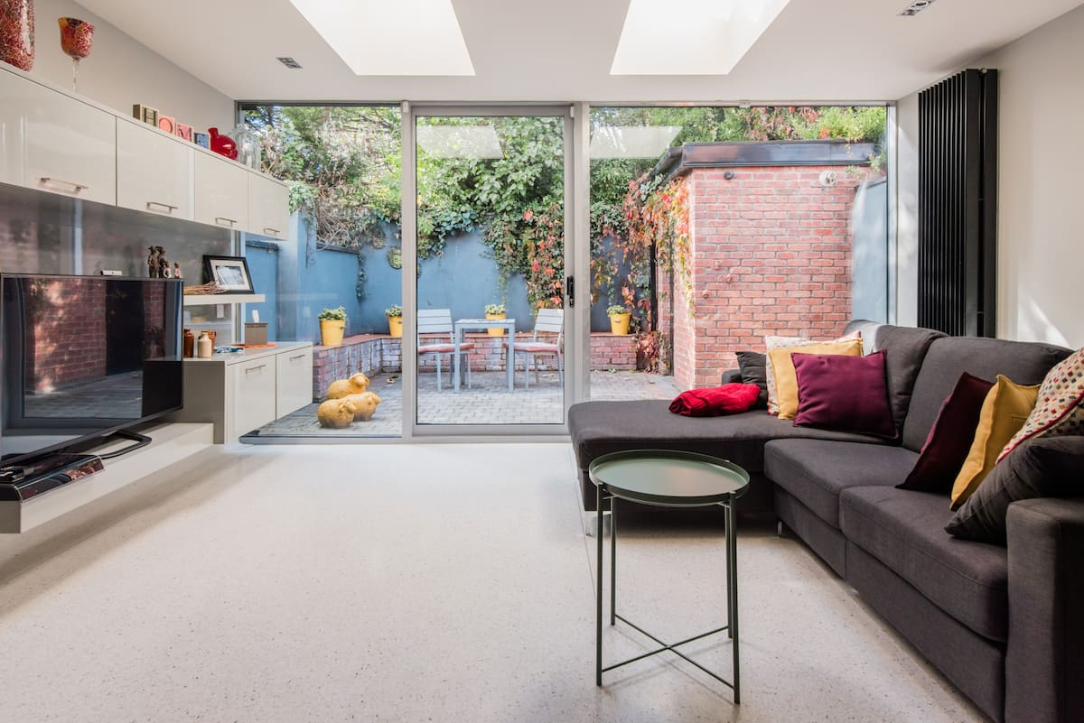 Portobello Townhouse with a Private Patio and Free Parking