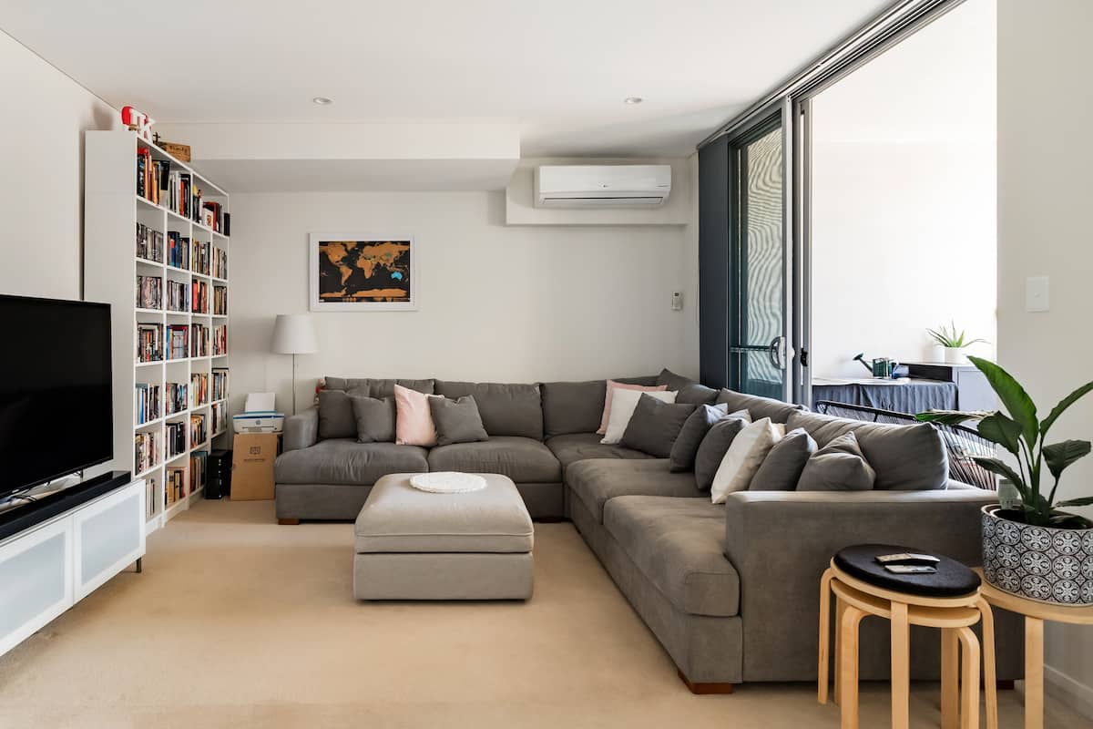 Comfortable Balcony Apartment with Easy Transport Links